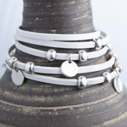 Bracelet cuir blanc 5 tours ajustable médailles et perles argentées