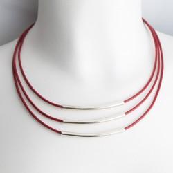 Collier cuir cordons rouges et tubes argentés
